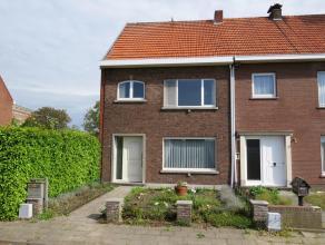 Deels te renoveren woning op 300m² met tuin. Zeer rustige ligging, doch tegen het centrum van Turnhout nabij scholen, winkels, openbaar vervoer.