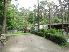 Bungalow op recreatiegrond.Ligging: Bosrijk gelegen, op korte afstand van het centrum.Omschrijving: Chalet omvat een leefruimte met keuken, badkamer e