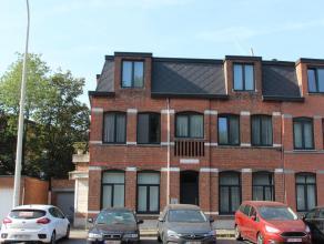 Een te renoveren appartement met 2 slaapkamers, terras en parkeergelegenheid. Ligging: Het appartement is gelegen aan de rand van Antwerpen kort bij s