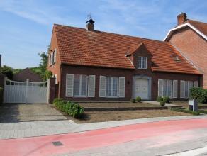 Verrassend ruime en instapklare woning op 875m², met grote garage en tuin gelegen tegen autostrade en belangrijke verbindingswegen. Indeling: -ge