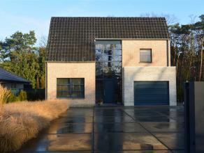Perfect onderhouden villa en volledig aangelegde tuin op 1158m².  Indeling : Inkomhal ,gastentoilet , bureau of 4de slaapkamer , woonkamer met sp