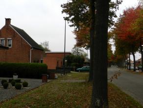 Volledig te renoveren of te verbouwen open bebouwing gelegen op een perceel van ca. 400m² op wandelafstand van het centrum doch rustig gelegen.<b