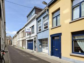 Deze bel-etage woning is gelegen in hartje Lier, vlakbij Zimmerplein.<br /> Omvat op het gelijkvloers: inpandige garage met aanpalend 4 ruime kamers w