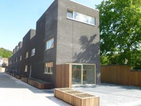 Nieuwbouwwoning in hedendaagse stijl, omvattende : een inkomhal, gastentoilet, vestiaireruimte, keuken met aansluitend berging en leefruimte met aanpa