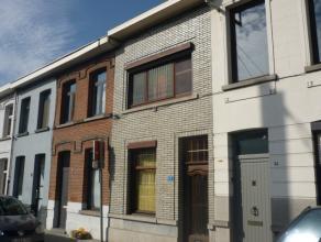 Te renoveren woning met o.a. twee slaapkamers, zolder met vaste trap die eventueel in te richten is als derde slaapkamer en zongerichte koer. Gunstig