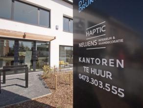 Dit smaakvolle landschapskantoor ligt in een eigentijds kantoorcenter aan de Mortselse stadsrand. Met privéparking aan de achterzijde van het g