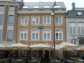 Instapklaar luxe-appartement met o.a. 2 slaapkamers, 2 badkamers, groot terras en lift. Zicht op de Grote Markt! EPC = 193. Garage huren in buurt is m