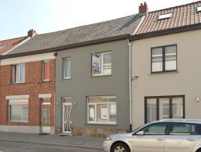 Instapklare en volledig gerenoveerde gezinswoning met o.a. 3 ruime slaapkamers, kelder, zolder, overdekt terras en tuin.<br /> Gelegen op een uitsteke