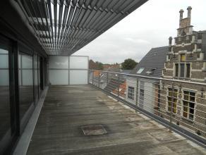 Instapklaar luxe-appartement met buitengewone afwerking gelegen op de dakverdieping. Er zijn o.a. 3 slaapkamers,zeer groot dakterras, lift en kelderbe