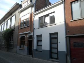 Instapklare, volledig vernieuwde en geschilderde woning met o.a. 2 slaapkamers, terras (gedeeltelijk overdekt) en tuin.<br /> EPC=148.<br /> Elektrici