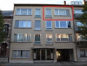 Dit ruime appartement op de bovenste verdieping is gelegen aan de stadsrand van Lier omvat:<br /> inkomhal, living, salon, keuken, apart toilet, badka