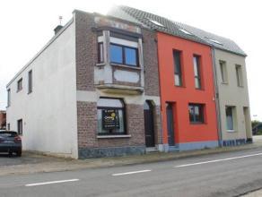 Dit is een gunstig gelegen deels gerenoveerde woning met twee garages, dichtbij het centrum van Lint.  GLV: inkomhall, living met eetkamer; keuken (4