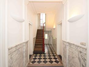 Authentique maison bourgeoise, sur axe de passage, à rénover comprenant: Au rez: hall d'entrée desservant 4 grandes pièces