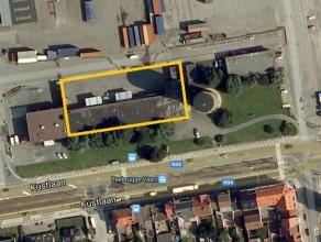 Het betreft een magazijnruimte gelegen in de haven van Zeebrugge op concessiegrond, met een oppervlakte van 1.235 m². De loods met een vrije hoog