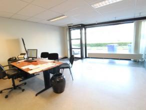 Standingvol en multifunctioneel kantoor te koop op de gelijkvloers van 101 m² met dubbel isolerende beglazing en akoestische plafonds. Beide kant