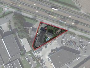 Ideaal gelegen terrein (2.360 m²) met bedrijfsgebouw (523 m²) en mooi afgewerkte woning (204 m²). Het bedrijfsgebouw bestaat uit een sh