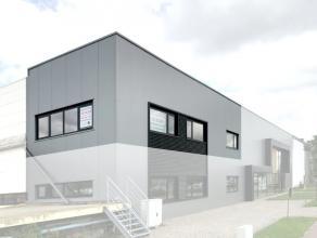 De kantoorruimte van 105 m² is gelegen op de eerste verdieping en maakt deel uit van een groter bedrijfsgebouw. De kantoren (met zichtbaarheid va