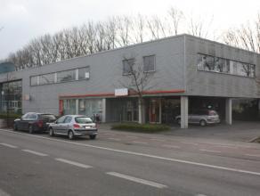 Lichtrijke kantoren gelegen op een toplocatie nabij de ring van Brugge en industriepark Ten Briele. De ruimtes gelegen op de eerste verdieping worden