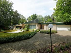 Woning in Meer op 2628m² Ruime laagbouwvilla met binnentuin gelegen in de residentiële buurt De Meersebergen. Gelijkvloers:Inkomhal met vest
