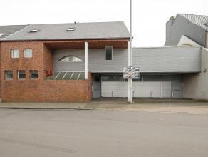 Een commerciële ruimte, vroegere dokterspraktijk, met een woning , terras en tuin en een studio met terras.
