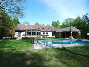 Deze ruime, rustig gelegen villa op ca 3.100m² omvat een grote leefruimte met open haard, een geïnstalleerde keuken met eetkamer, grote tv-k