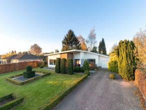 Gelijkvloerse villa met o.a. 4 slaapkamers op een mooi perceel van ca. 1.660m².Gelijkvloers: Inkomhal, woonkamer met toegang tot de open, volledi