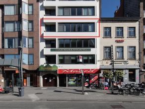 Bijzonder ruim en perfect onderhouden appartement van ca. 140 m² gelegen op de derde verdieping met schitterend zicht op de Grote Markt. Het appa