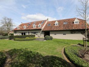 Zeer mooie en gerenoveerde Kempische Langgevelhoeve met authentieke accenten en aangelegde tuin te Meerhout. De woning omvat een inkomhal, bureel, gas