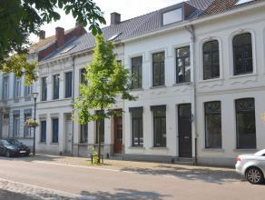 In het centrum van Turnhout, op loopafstand van het kernwinkelgebied en de Grote Markt, ligt deze verrassend leuke, kwalitatief gerenoveerde woning. D