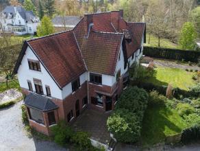 Zeer mooie karakteristieke woning op ruim perceel van ca. 1.000 m² te Balen. De villa omvat inkomhal, woonkamer, 2de salon en ingerichte keuken m