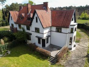 Karakteristieke woning op een mooi perceel van ca. 1.000 m². De woning omvat inkomhal, gastentoilet, bureau, ruime woonkamer, open keuken en vera