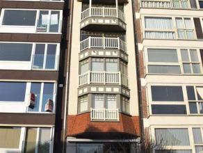 Prachtig, zonnig en luxueus 2-slaapkamer appartement gelegen op de Kustlaan, in hartje Zoute, vlakbij de minigolf en de zee...Op de eerste verdieping
