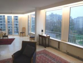 Mooi appartement met prachtig zicht op Square Ambiorix, nabij de Europese wijk. U vindt er een inkomhal op marmer met vestiare en wc, een zonnige livi