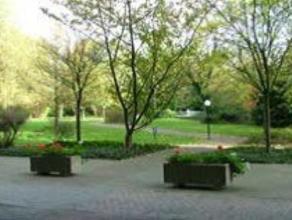 Situé dans un parc, très bel appartement de 120m² composé de 2 chambres, salle de bain, salle de douche, spacieux living en