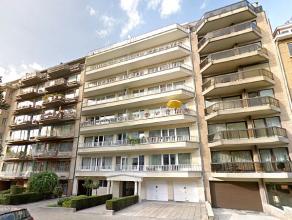 Gelegen aan de Broquevillelaan, in de buurt metrohaltes TOMBERG-GRIBAUMONT, mooi appartement + - 130m² bestaat uit: 3 slaapkamers massief eiken v