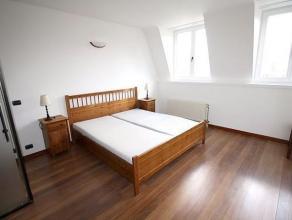 Gelegen tegenover het plein Marie-Louise, in een huis met lift, in de buurt van Schumann en Ambiorix, mooi appartement van + - 90m² in uitstekend