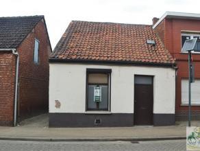 Goed gelegen woonhuis in het centrum van Vorselaar. De volledig te renoveren woning bestaat uit inkomhal, leefruimte, eetplaats, keuken, veranda, apar