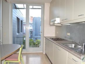 Centraal gelegen en goed onderhouden appartement bestaande uit lichte leefruimte op laminaat, geïnstalleerde keuken (ijskast met vriesvak, vuur,