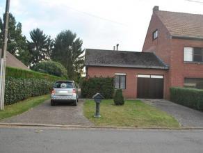 Rustig gelegen, knusse woning nabij het centrum van Geel-Bel bestaande uit: Inkomhall, living (novilon; 29m²), ingerichte keuken (novilon; kasten