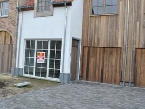 Nieuwe pastorijwoning in een rustige verkaveling nabij het centrum van Mol bestaande uit: Inkomhall (tegels), living (tegels; 41m²) met open inge