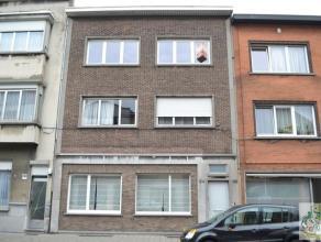 Ruim en licht gelijkvloers appartement bestaande uit living (40 m²), ruime keuken met aansluiting voor wasmachine, badkamer met douche en een gro