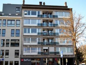 Verzorgd appartement (110 m²) op de 5e verdieping in het centrum van Mortsel bestaande uit: inkomhal met ingemaakte kasten, afzonderlijk toilet,