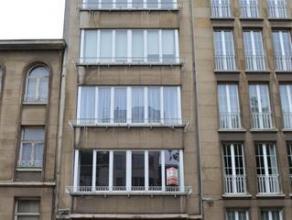 Zeer ruim en zonnig appartement op de bovenste verdieping van en klein gebouw bestaande uit: grote living in L-vorm op parket, nieuwe keuken (vuur, ov