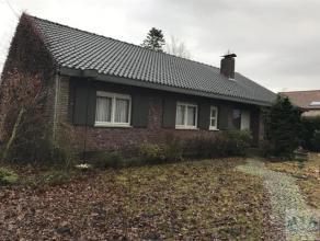 Ruime woning in bosrijke omgeving gelegen in Mol-Gompel bestaande uit ruime inkomhal met open trap (tegels, 11m²), apart toilet, living met openh