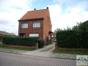 Rustig gelegen, ruime woning nabij het centrum van Geel bestaande uit: Inkomhall (tegels), living in 2 delen (novilon; 16m² en 20m²), eetkam