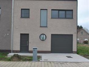 Zéér mooie nieuwbouwwoning gelegen in een rustige straat in het centrum van Geel. De woning op het gelijkvloers heeft de volgende indeli