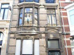 Pas gerenoveerd uniek appartement op de gelijkvloerse verdieping van een oud herenhuis. Dit appartement werd volledig vernieuwd volgens hedendaagse no