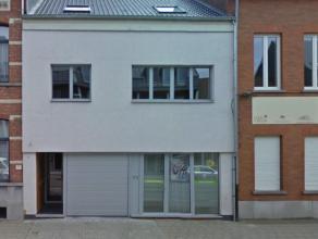 Centraal gelegen duplex appartement bestaande uit: woonkamer (tegels, 60 m²), keuken met koelkast, elektrisch kookvuur, dampkap, oven en dubbele
