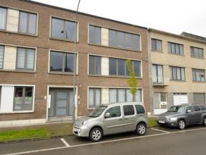 Appartement gelegen op de eerste verdieping met twee slaapkamers. Verder bestaat dit appartement uit een inkomhal, met apart toilet en een ruime leefr
