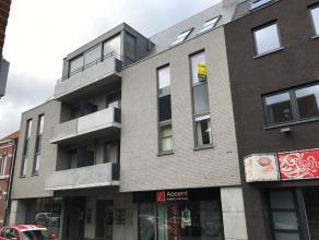 Recent nieuwbouwappartement gelegen op de tweede verdieping.Via de inkomhal komt u terecht in de open leefruimte met parket en ingerichte keuken met o
